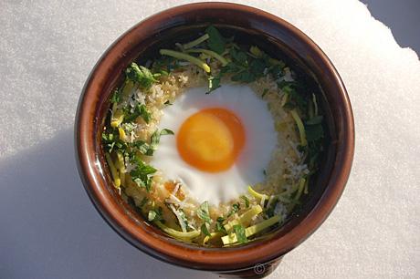 Uunimunat couscous-pesässä
